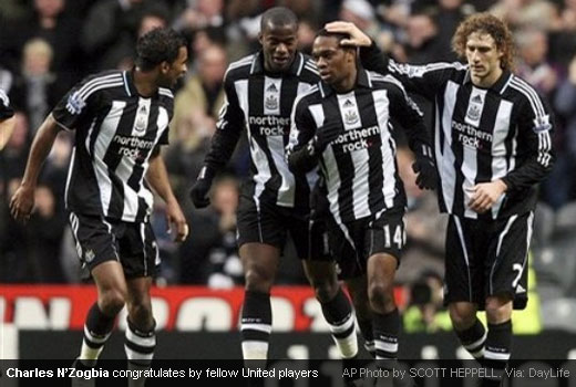 Charles N'Zogbia congratulated by his Newcastle United team mates