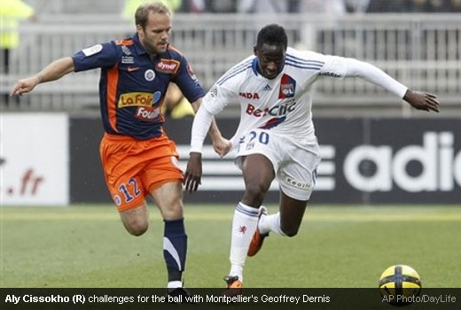 Aly Cissokho (R) challenges for the ball with Montpellier's Geoffrey Dernis [Magpies Zone/AP Photo/DayLife]