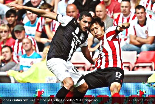 Jonas Gutierrez  vies for the ball with Sunderland's Ji Dong-Won [Magpies Zone/AP Photo/DayLife]