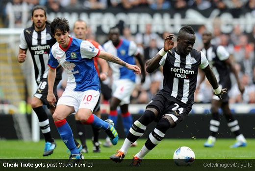 Cheik Tiote gets past Mauro Formica [MagpiesZone/GettyImages/Daylife]