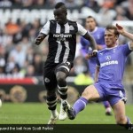Cheik Tiote guard the ball from Scott Parker [Magpies Zone/AP Photo/DayLife]