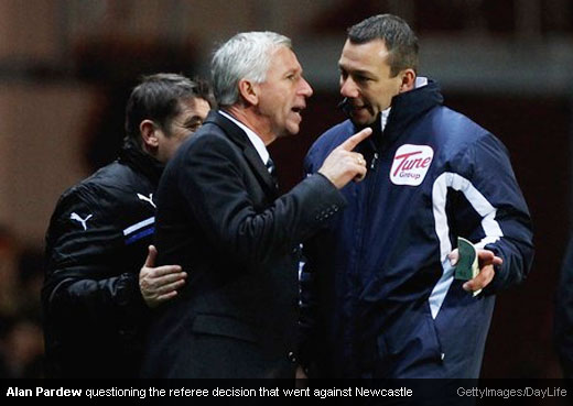 Alan Pardew questioning the referee decision that went against Newcastle [Magpies Zone/GettyImages/DayLife]