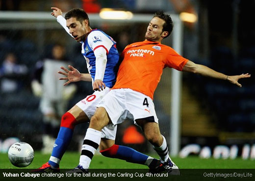 Yohan Cabaye challenge for the ball during the Carling Cup 4th round [Magpies Zone/GettyImages/DayLife]